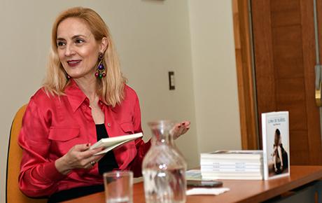 """Ana Victoria Durruty presentó libro """"Luna de burdel"""" en la Feria del Libro USS Valdivia"""
