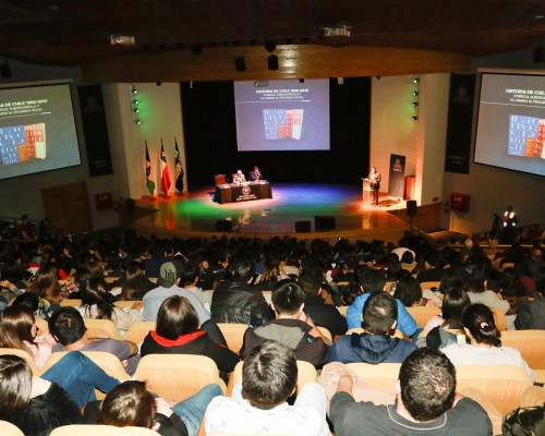 Más de 500 personas asistieron a la ceremonia que inauguró el año académico en la Sede De la Patagonia. Entre ellos, estuvieron presentes: estudiantes, autoridades académicas de la Universidad y otras instituciones de Educación Superior, autoridades civiles, representantes de fuerzas armadas y de orden, como también de instituciones de la región de Los Lagos.
