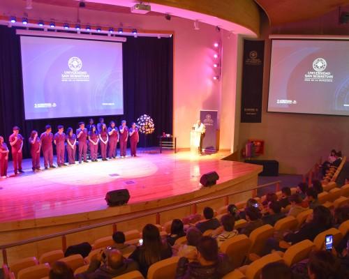 En el Aula Magna se desarrolló la ceremonia en la que los estudiantes confirmaron su vocación de servicio con la salud de las personas.