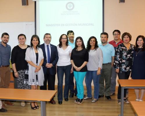 Diez estudiantes conforman el programa (en la imagen, junto  académicos y autoridades sebastianas).