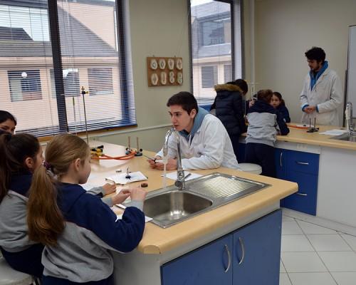 Estudiantes de Educación Básica participaron de los talleres prácticos en los laboratorios de Bachillerato en Ciencias de la Salud, USS Valdivia.