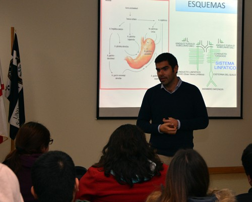 Rodolfo Sanzana entregó tips sobre cómo estudiar anatomía a los estudiantes de la U. San Sebastián Sede Valdivia.