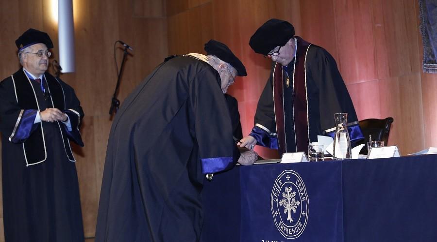 El Dr. Pablo Casanegra firma el gran libro de honor