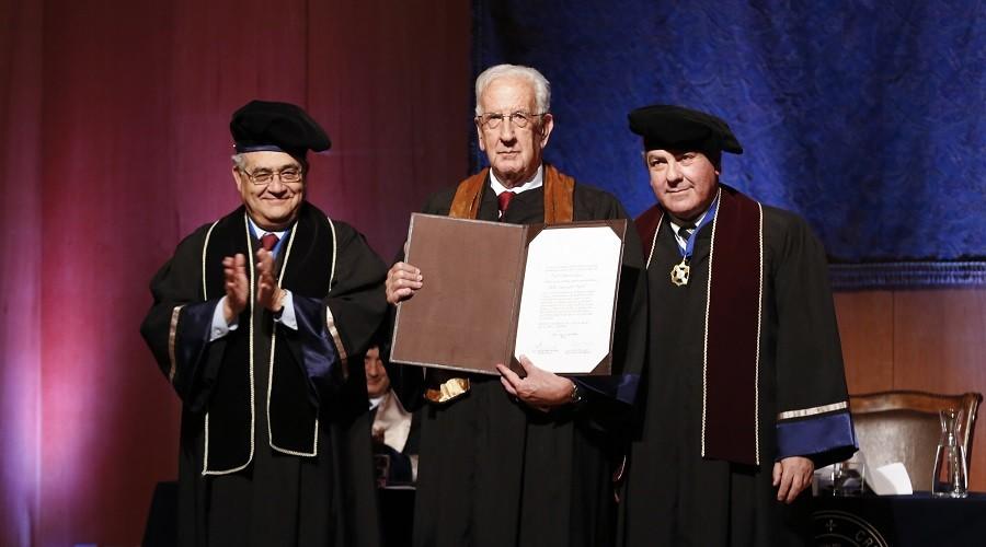 El Dr. Pablo Casanegra recibe el diploma que lo certifica como Doctor Honoris Causa USS