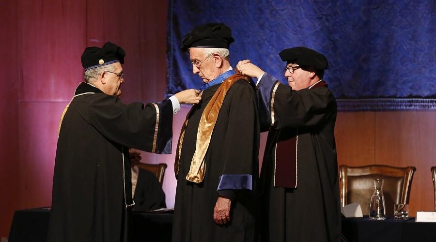 El Rector Hugo Lavados y el Decano de Medicina, Luis Castillo, invisten al Dr. Casanegra como Doctor Honoris Causa