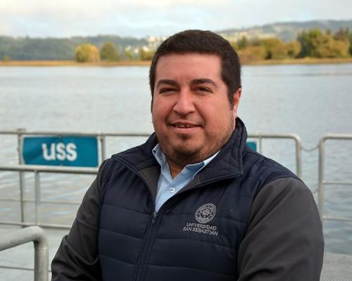 Erik Molina es el actual supervisor de la Biblioteca de la USS Valdivia.