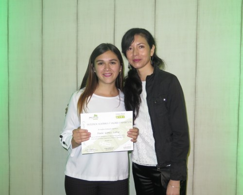 Paula Gómez Labra de Terapia Ocupacional junto a Katherine Vásquez, directora de la carrera