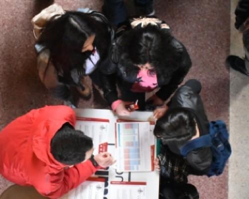 Estudiantes consultando sobre carreras