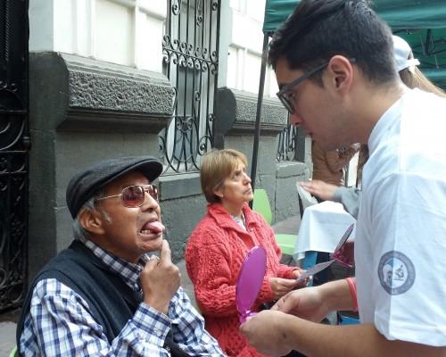 Docentes y estudiantes de la Facultad de Odontología USS practican examen oral a peatones en Santiago.
