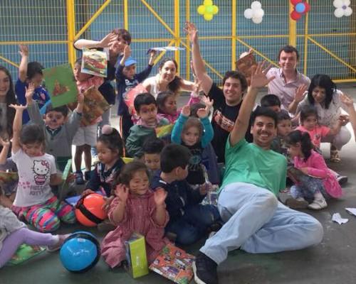 Más de veinte niños disfrutaron del desayuno navideño de la Sociedad de Egresados.