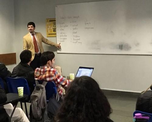 El académico Maximiliano Maldonado, de la Facultad de Ingeniería y Tecnología, impartiendo el taller a sus estudiantes sobresalientes.
