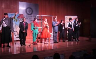 """Elenco de la obra de teatro """"La Zapatera Prodigiosa"""" y su director Christian Villarreal, en el Aula Magna de Universidad San Sebastián."""