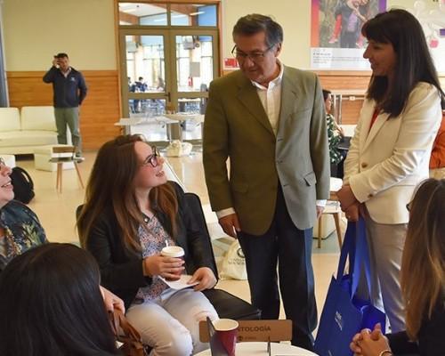 Claudia Trillo y Sergio Hermosilla junto a directores de carrera que recibieron a los alumnos recién matriculados.