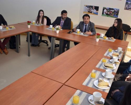 Seremi de las Culturas, las Artes y el Patrimonio de Los Ríos entregó su testimonio de vida y profesional a estudiantes.