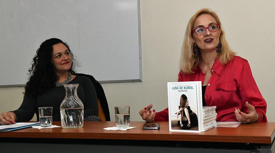 """Ana Victoria Durruty presentó libro """"Luna de burdel"""" en la USS Valdivia"""