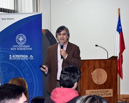 César Díaz conversó con estudiante de Derecho e Ingeniería Comercial sobre El Quijote de La Mancha.