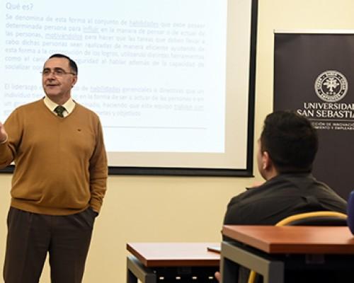 Estudiantes de diversas carreras de la USS Valdivia participaron de jornada Yo Líder en la que compartieron ideas con el gerente del Diario Austral, Rubén Soto.