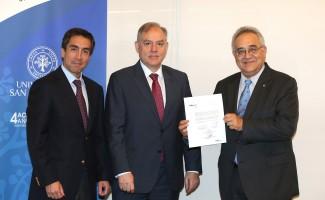 Sergio Mena, vicerrector de Asuntos Económicos USS; Álvaro Feller, presidente de Feller Rate y Hugo Lavados, rector USS.
