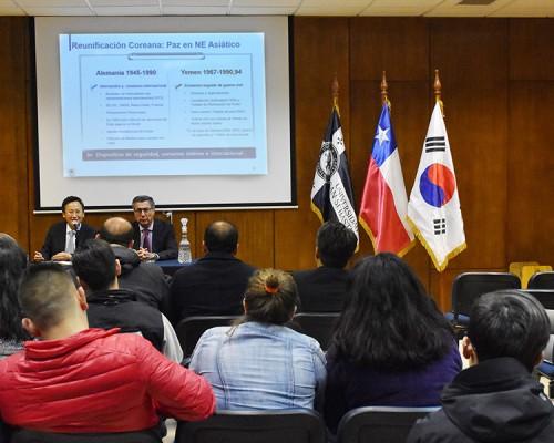 El representante diplomático de la embajada de Corea efectuó dos conferencias en la Sede De la Patagonia.  Una enfocada a los negocios y otra en relación a la relación con Corea del Norte.