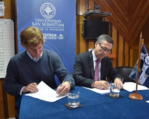 El acuerdo fue firmado por Juan Eduardo Reid, presidente de la CNF; y Sergio Hermosilla, vicerrector de la USS, sede De la Patagonia.