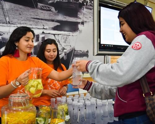 Representantes de la Federación de Estudiantes y de la carrera de Nutrición y Dietética repartieron botellas reutilizables a los que participaron de los test.