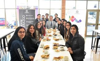 El vicerrector, Sergio hermosilla Pérez, se reunió para conversar sobre los distintos movimientos sociales que se han manifestado en lo que fue el 8 de Marzo.