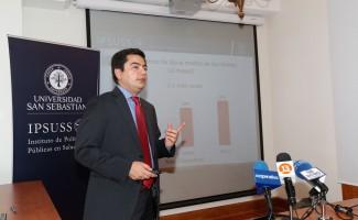 Fabián Riquelme, director Centro de Estudios USS, entregando los resultados