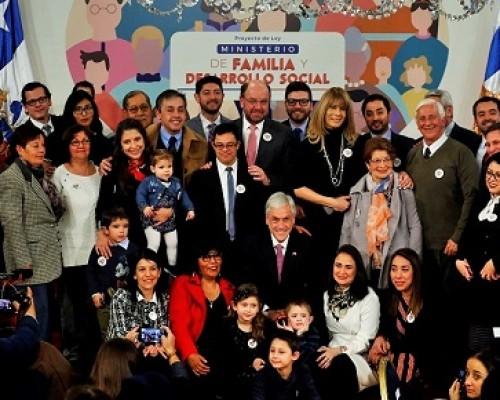 Presidente Piñera firma proyecto de ley para la creacion del Ministerio de Familia y Desarrollo Social.