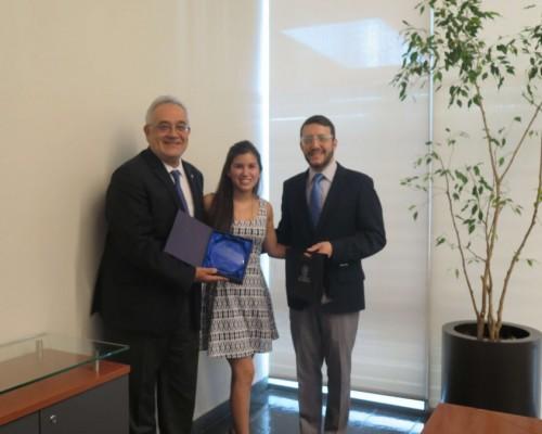 Hugo Lavados, rector USS; Daniela Jiménez, estudiante de Odontología; Marcelo Navia, decano (i) de Odontología.