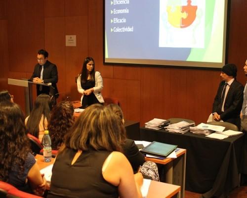 """Alumnos del curso """"Justicia Restaurativa"""", a cargo de la Dra. Alejandra Díaz, exponen los resultados de sus trabajos orientados a generar un sistema restaurativo para la solución de conflictos."""