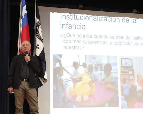 El doctor en Psicología y académico de la Universidad de Sevilla, Jesús Palacios, realizó una ponencia comparativa entre la realidad en España y los avances en Chile respecto a las familias de acogida.