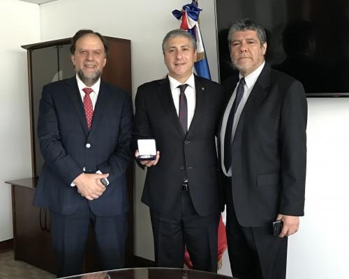 Rafael Rosell Aiquel, decano de la Facultad de Derecho de la U. San Sebastián; comisario Manuel Muñoz, secretario de Estudios de ESCIPOL, y Enrique Villarroel, académico de Derecho USS.