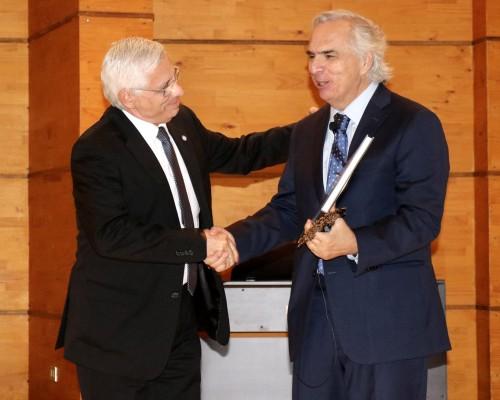 Fernando Quiroga, vicerrector de la USS Concepción, entregó un presente al ministro expositor.