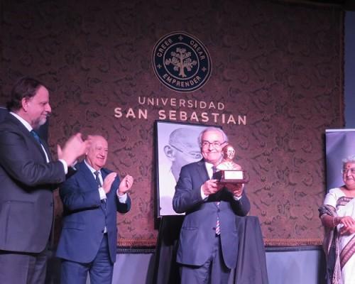 Milton Juica recibiendo el premio Mahatma Gandhi de manos de la embajadora de la India en Chile, Anita Nayar.