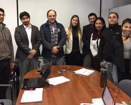 Los estudiantes que participaran en Monulac reunidos con el decano Rafael Rosell (al centro) y los académicos Yamil Musa y Michelle Lacoste