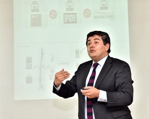 """Rodrigo Sandoval, sostuvo en la charla de """"Derecho y Migración"""" que Chile necesita tener una mirada integradora y debe buscar la convivencia."""