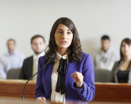 derecho-tribunal-alumna-001