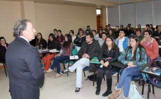 El decano de la FEN USS compartió  con los alumnos de la sede.