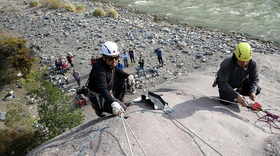 rescatistas preparando cuerdas para camilla