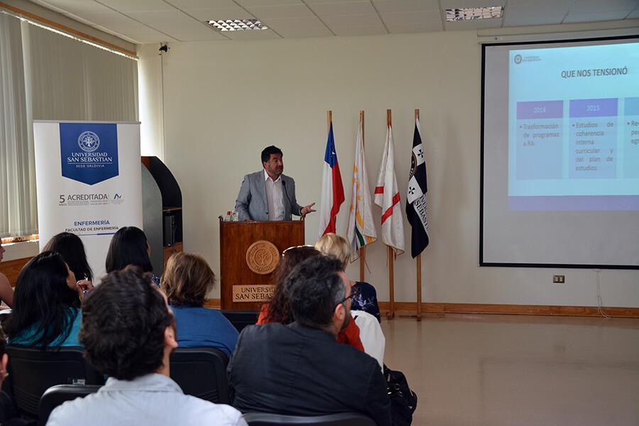 El Director Nacional de Enfermería, Fernando Nagano, expuso sobre el fomento del pensamiento crítico en estudiantes de la carrera.