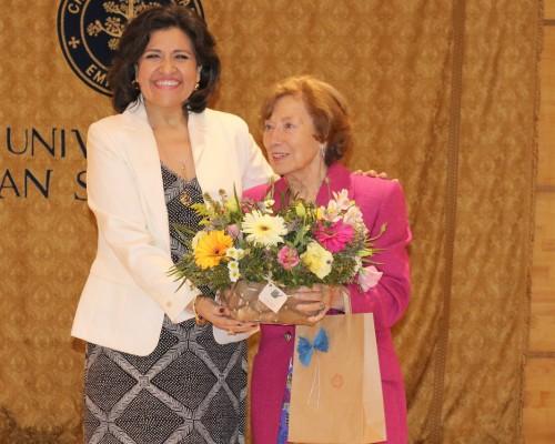 Claudia Saavedra, directora de Enfermería USS Concepción, y Alicia Prieto, profesora emérita de la USS, reconocida en la ceremonia.