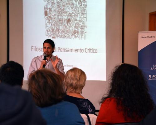 El Psicólogo USS Valdivia, Javier Bravo, participó en la jornada de pensamiento crítico de Enfermería.