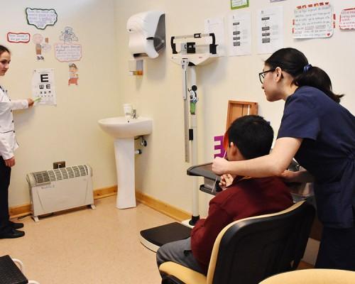 La atención considera un control visual de los niños y niñas que acceden a estas prestaciones de salud infantil.