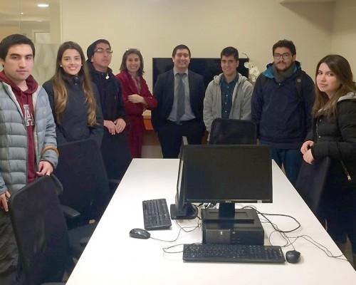 Los alumnos junto a Daniel Soto, ejecutivo Banca Preferencial, sucursal Concepción del Banco Itaú.