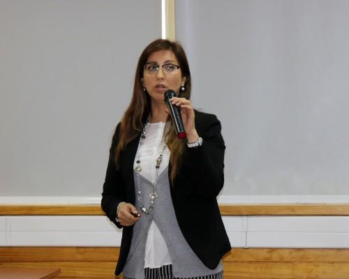 La doctora Karla Pozo, estudiosa de plásticos y microplásticos en el medio marino, se incorporó a la FIT de la USS.