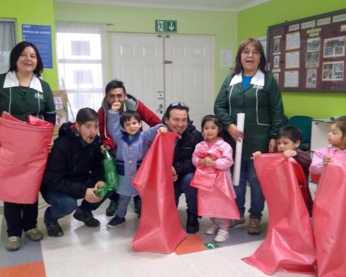 Niños de párvulos y jardín infantil también colaboran con el proyecto.