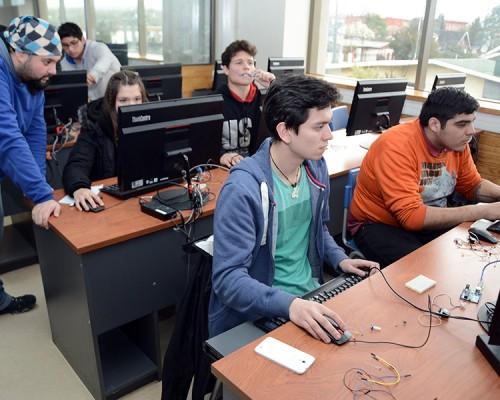 Estudiantes de Ing. Civil Industrial de la USS Valdivia y de diversos establecimientos educacionales de Valdivia participaron del taller de Robótica y Arduino.