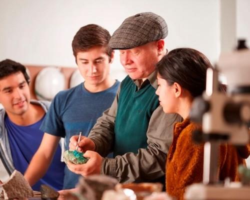 Profesor Vlamir Muñoz con sus estudiantes en el laboratorio de materiales.