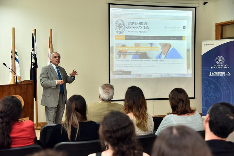 El el doctor Teodoro Boye, director del Centro de Educación Médica de la Facultad de Medicina de la USS, dictó charla a académicos para promover el diplomado.
