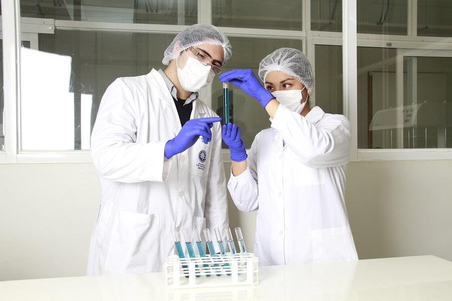 ¿Cuál es la función de un químico farmacéutico en la elaboración de una vacuna?